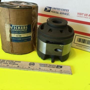Minneapolis-Moline, United States of America  Vickers hydraulic pump   10R-1002  Item:  3256
